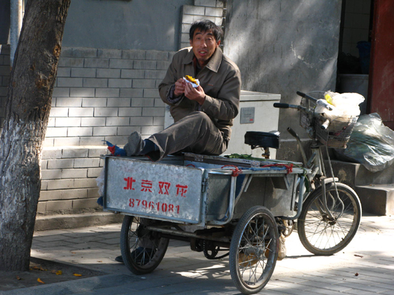 peddler-eating-mango-in-harbin.jpg
